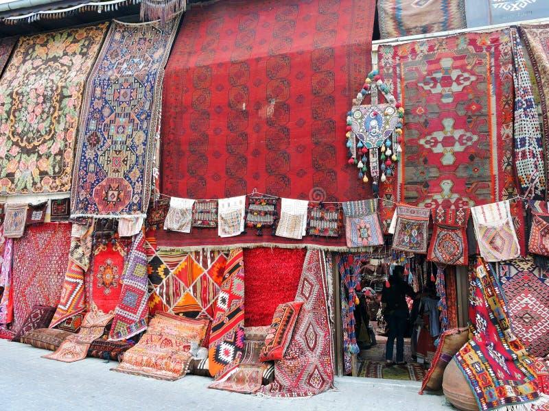 五颜六色的地毯商店在Goreme,卡帕多细亚,土耳其 免版税库存照片