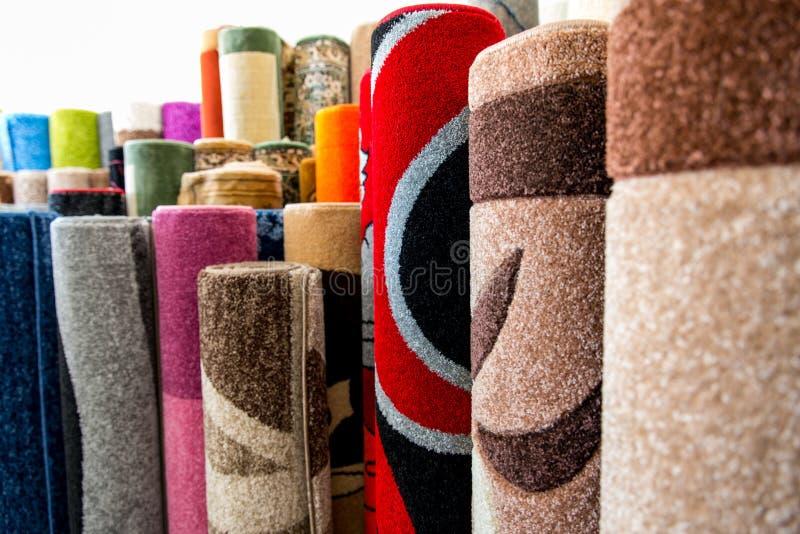 五颜六色的地毯在商店的待售 免版税库存图片