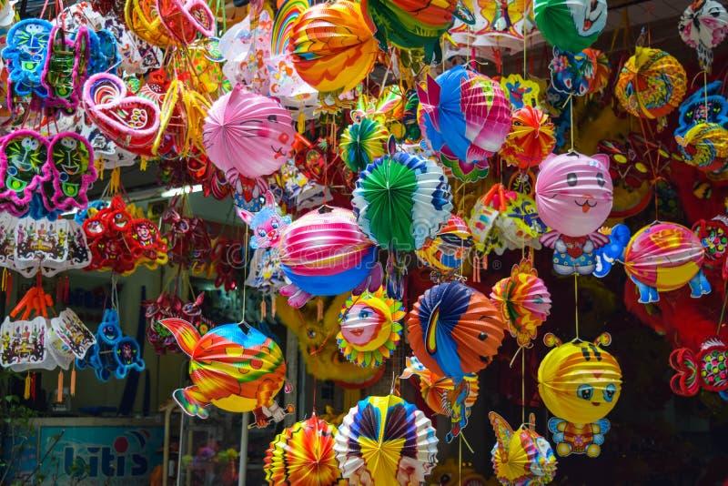 五颜六色的场面,在吊Ma灯笼街道,灯笼上的友好的供营商在露天市场,中间秋天的传统文化,越南上, 免版税库存图片