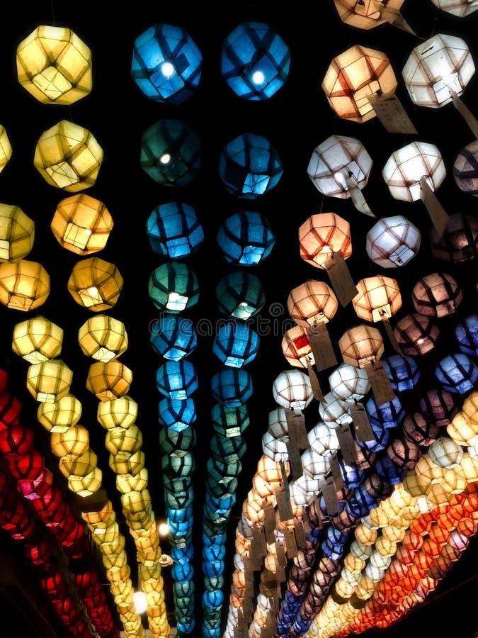 五颜六色的垂悬的灯笼 免版税库存图片