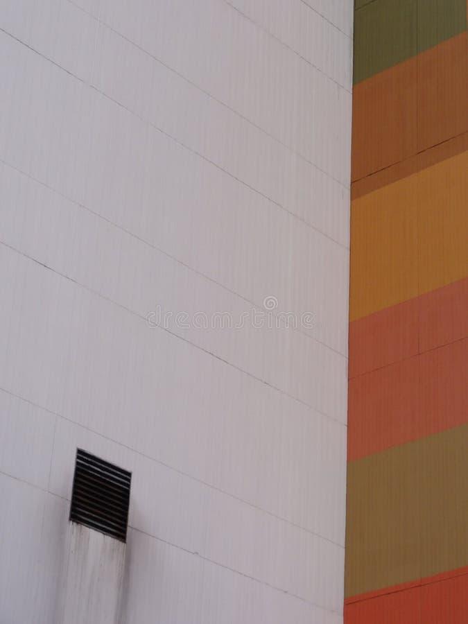 五颜六色的城市大厦和水流失 免版税图库摄影