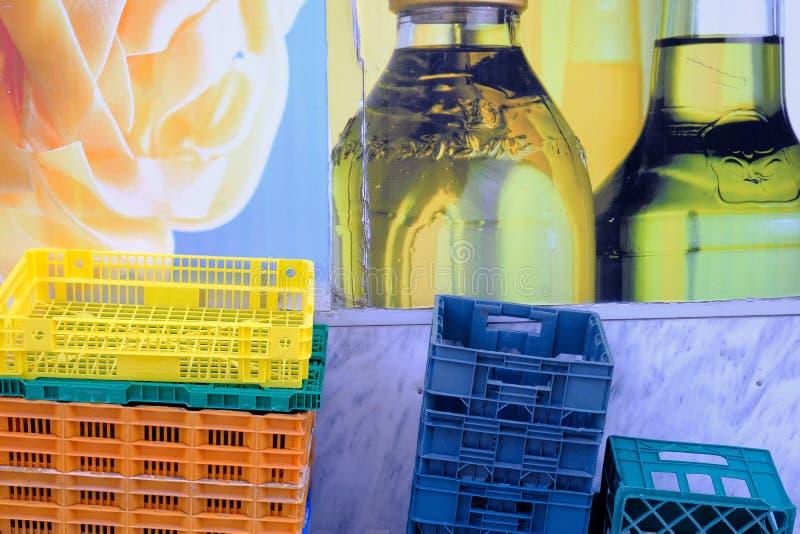 五颜六色的塑料产物条板箱,希腊 免版税库存照片