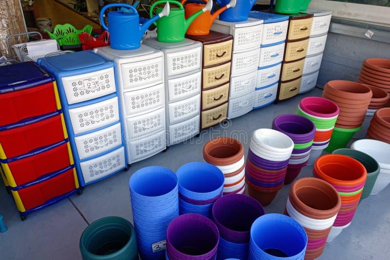 五颜六色的塑料内阁和罐 库存照片