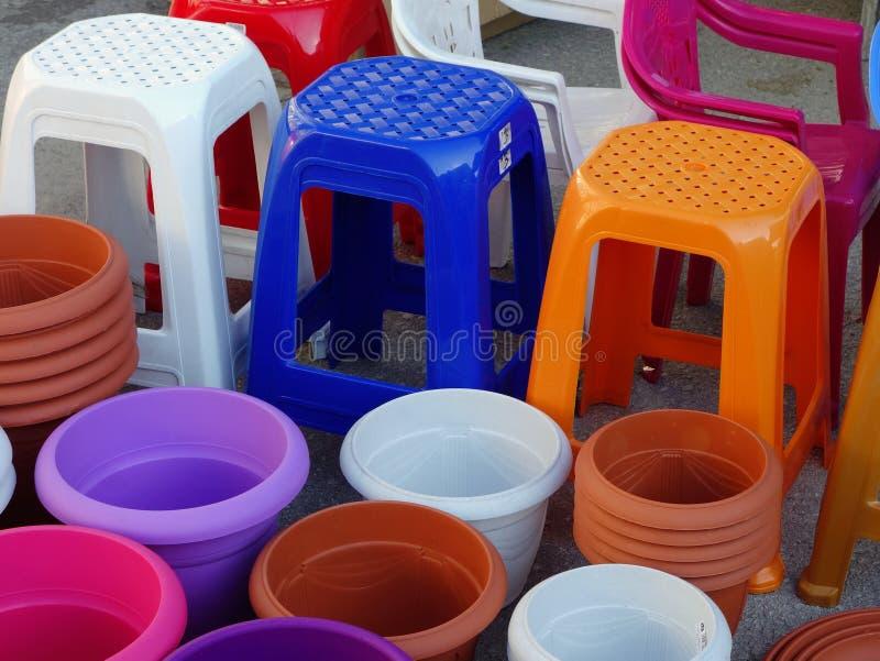 五颜六色的塑料凳子和罐 免版税图库摄影