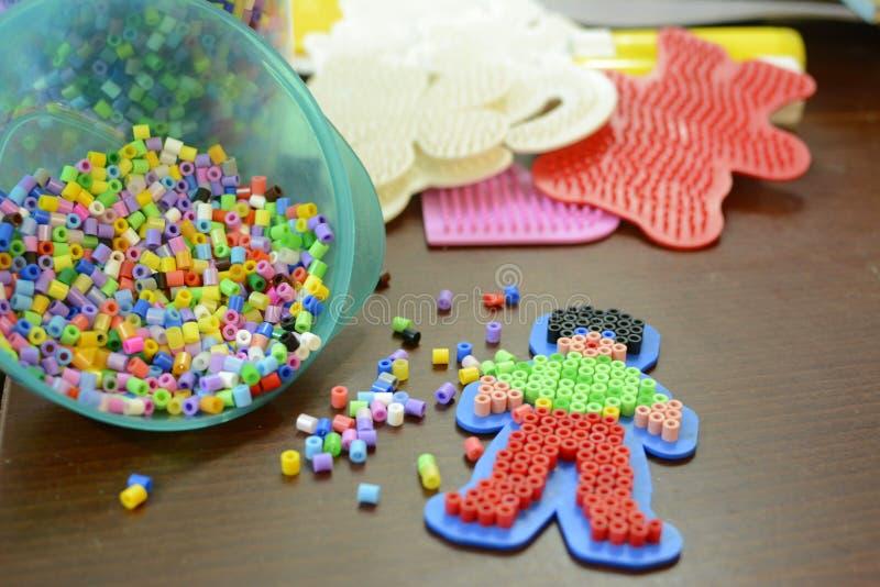 五颜六色的塑料哈马珍珠 免版税库存图片