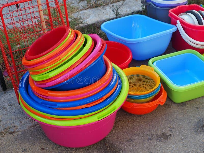 五颜六色的塑料木盆和桶 免版税库存照片