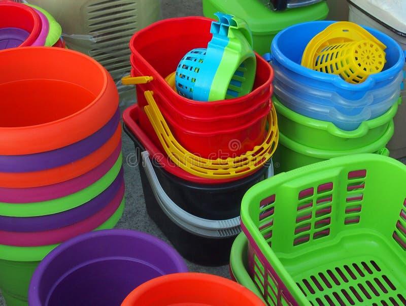 五颜六色的塑料桶和篮子,希腊街市 免版税图库摄影