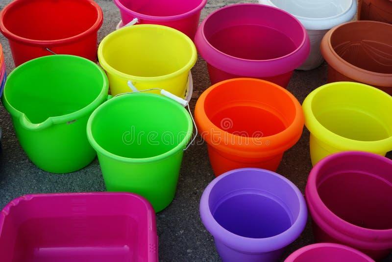 五颜六色的塑料桶和罐 免版税库存照片