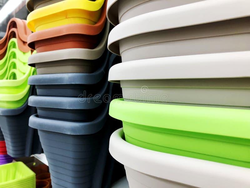 五颜六色的塑料碗在家用于厨房或 免版税库存照片