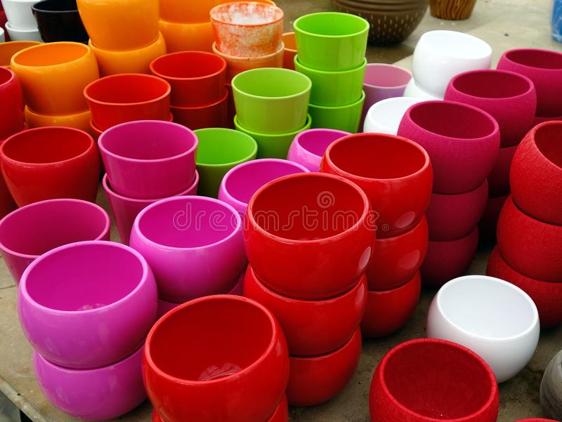 五颜六色的塑料花盆 库存照片