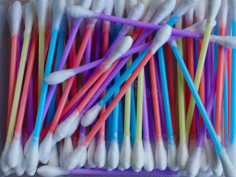 五颜六色的塑料词根棉花芽 免版税图库摄影