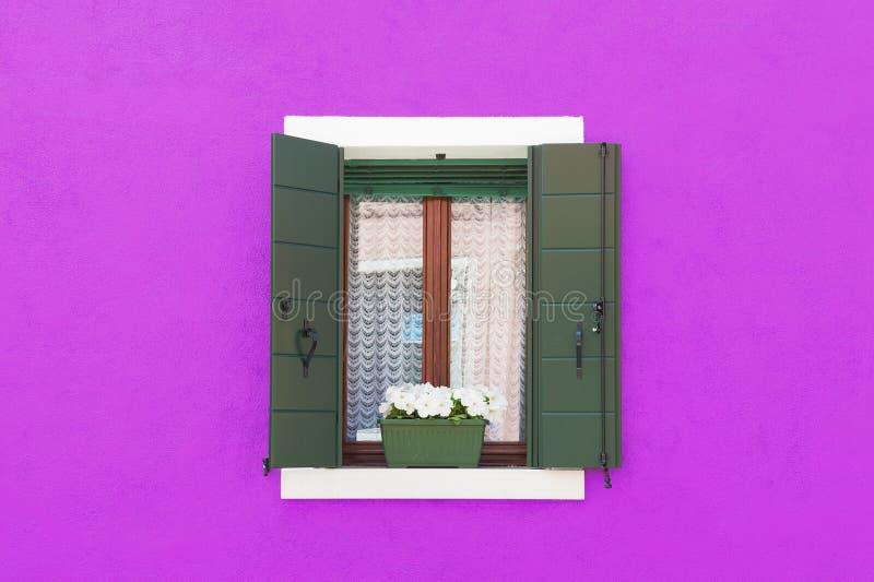 五颜六色的墙壁和窗口 图库摄影