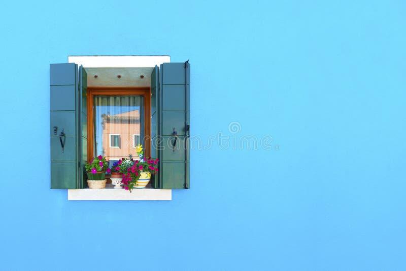 五颜六色的墙壁和窗口 库存图片