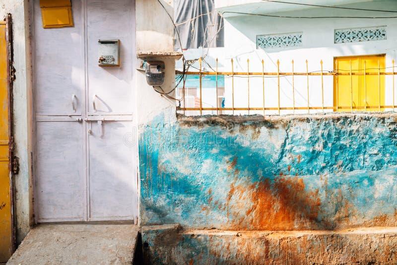 五颜六色的墙壁和门在乌代浦,印度 免版税库存图片
