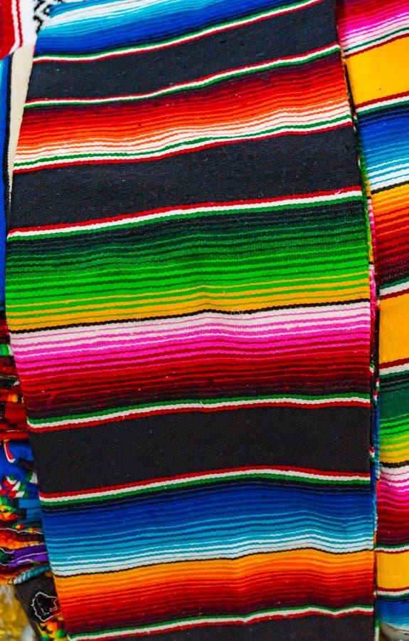 五颜六色的墨西哥人覆盖Testiles工艺品瓦哈卡墨西哥 库存图片