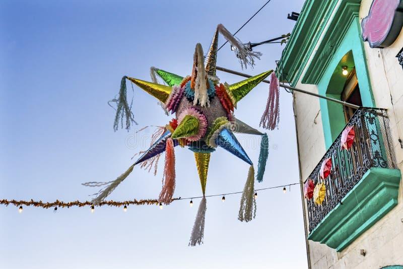 五颜六色的墨西哥彩饰陶罐瓦哈卡华雷斯墨西哥 库存图片