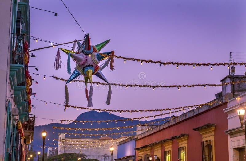 五颜六色的墨西哥彩饰陶罐街道瓦哈卡华雷斯墨西哥 免版税库存图片