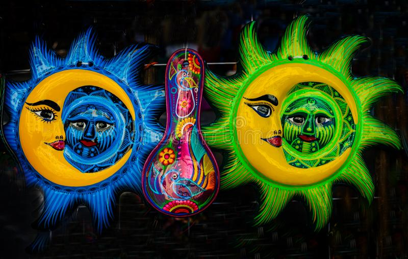 五颜六色的墨西哥陶瓷太阳满月脸工艺品瓦哈卡华雷斯墨西哥 免版税图库摄影