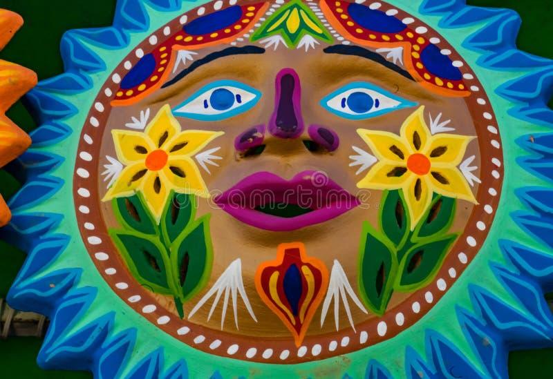 五颜六色的墨西哥陶瓷太阳面对工艺品瓦哈卡华雷斯墨西哥 免版税库存照片