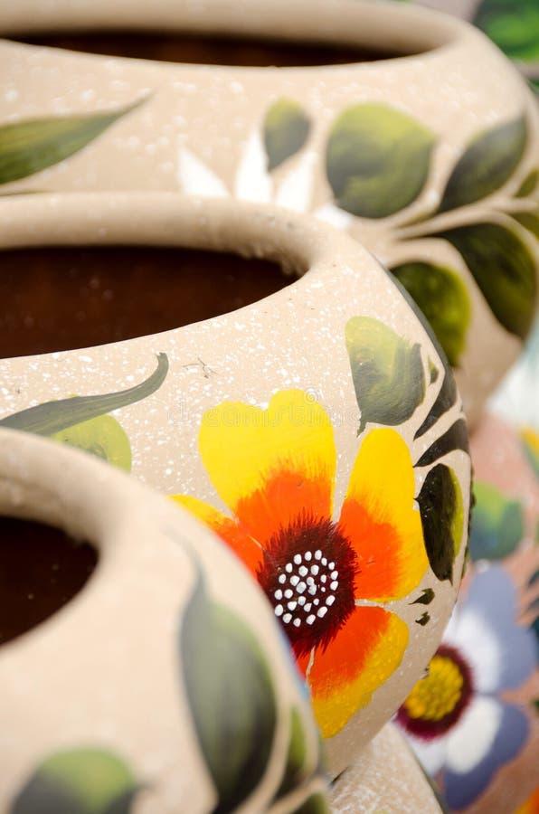五颜六色的墨西哥陶瓷罐在老村庄 库存照片