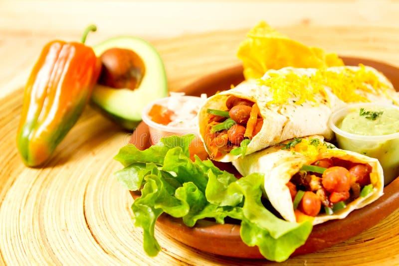 五颜六色的墨西哥食物牌照用炸玉米饼 免版税库存图片