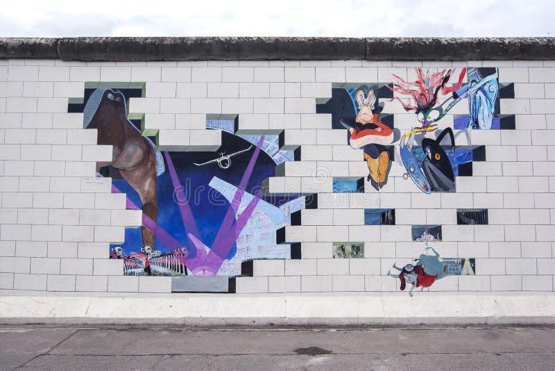 五颜六色的壁画在德国报道前臭名昭著的柏林围墙的部分 免版税库存图片