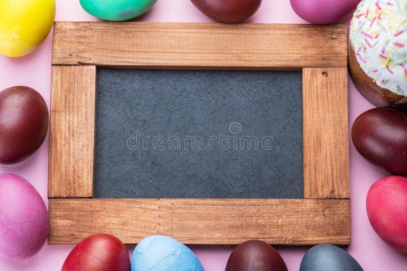 五颜六色的复活节彩蛋作为复活节庆祝属性  桃红色背景 免版税库存图片