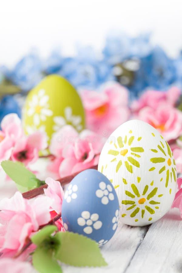 五颜六色的复活节彩蛋和花 库存照片