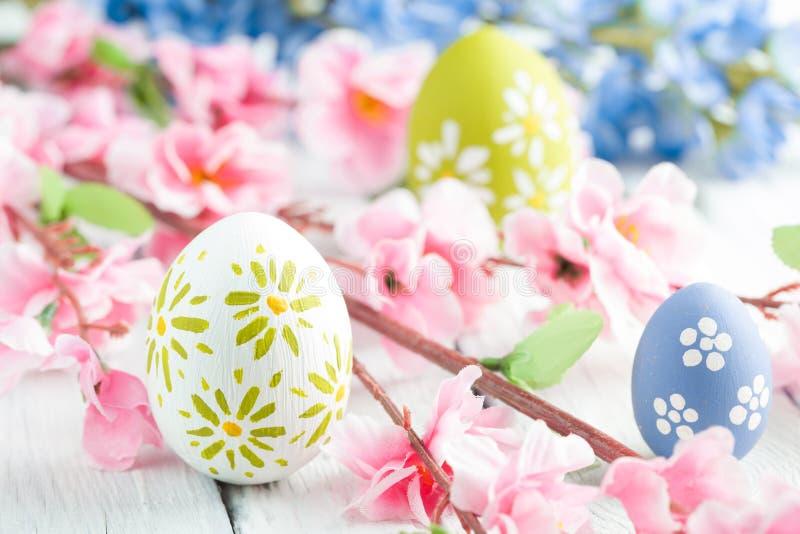 五颜六色的复活节彩蛋和花 库存图片