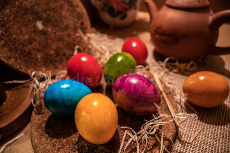 五颜六色的复活节彩蛋有木背景 免版税库存图片