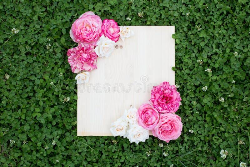 五颜六色的夏天花和木板在绿草 免版税库存图片