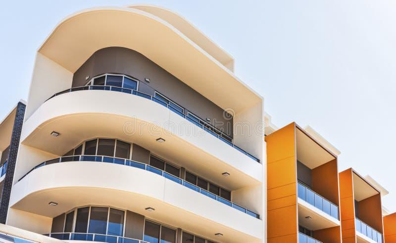 五颜六色的大厦在一个城市有弯曲的形状侧视图 免版税库存照片