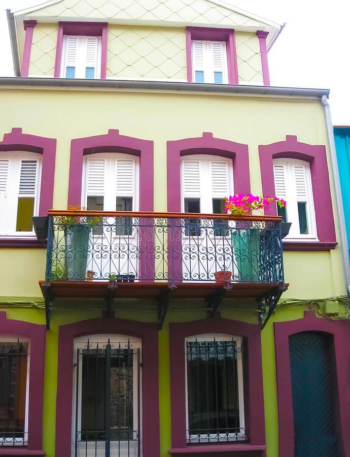 五颜六色的大厦在堡垒de法国,马提尼克岛的街市 库存图片