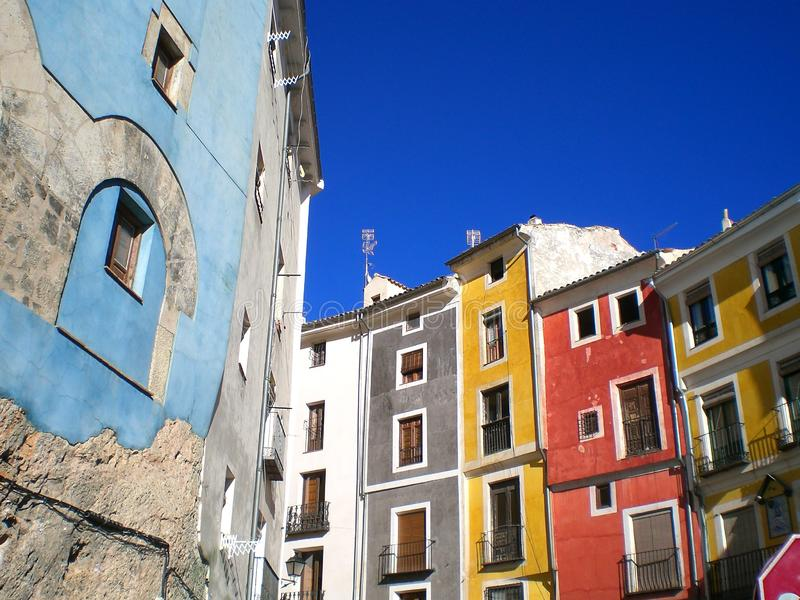 五颜六色的大厦在昆卡省,西班牙 免版税库存照片