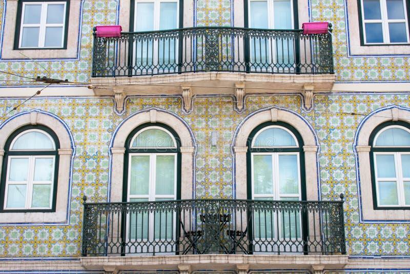 五颜六色的大厦,房子蓝色和绿色在里斯本,葡萄牙 老普遍窗口和的阳台和著名看法 库存照片