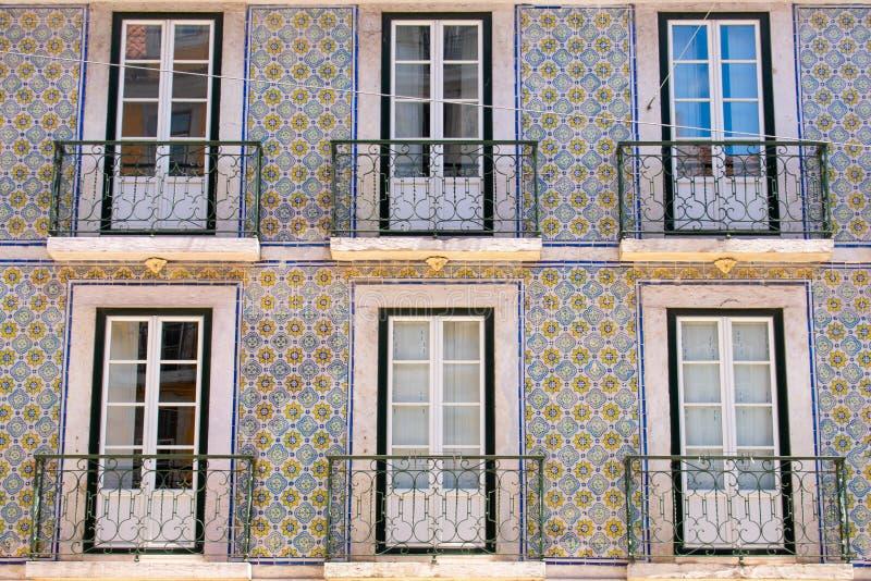 五颜六色的大厦,房子蓝色和绿色在里斯本,葡萄牙 老普遍窗口和的阳台和著名看法 库存图片
