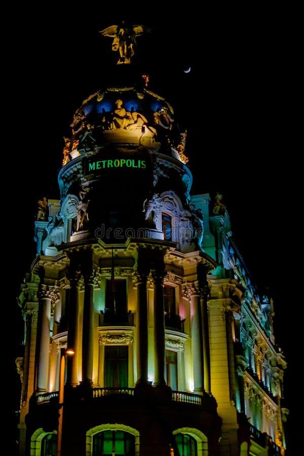 五颜六色的大都会大厦在马德里市中心在夜之前 免版税库存图片