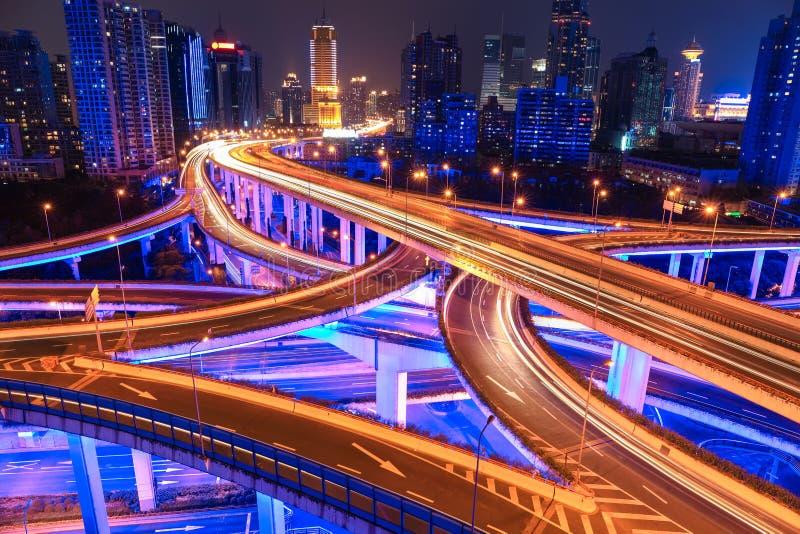 五颜六色的天桥在晚上 免版税图库摄影