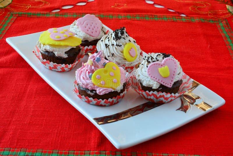 五颜六色的天鹅绒杯形蛋糕 免版税库存照片