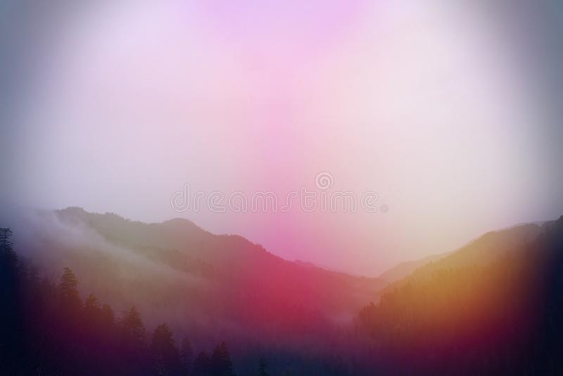 五颜六色的太阳光迷离橙色和红色在伟大的Smokey山 免版税库存图片