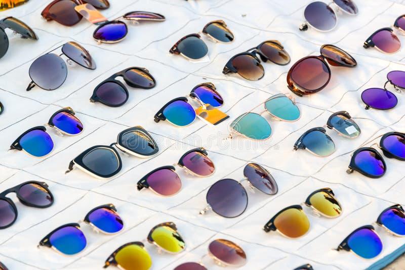 五颜六色的太阳镜显示待售 免版税库存图片