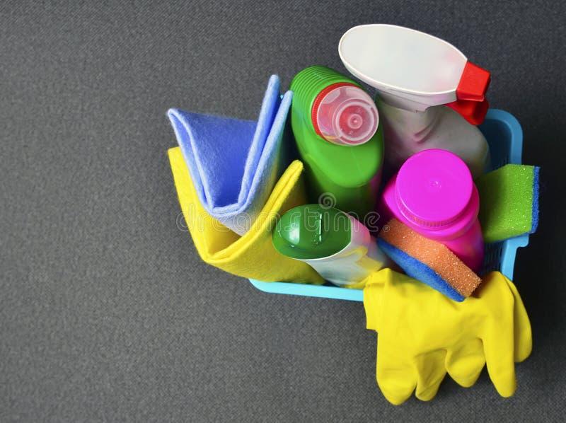 五颜六色的套在一个蓝色篮子的清洁物品与拷贝空间 免版税库存图片