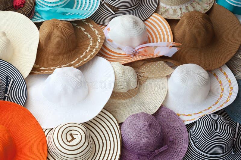 五颜六色的女性夏天帽子 免版税库存照片