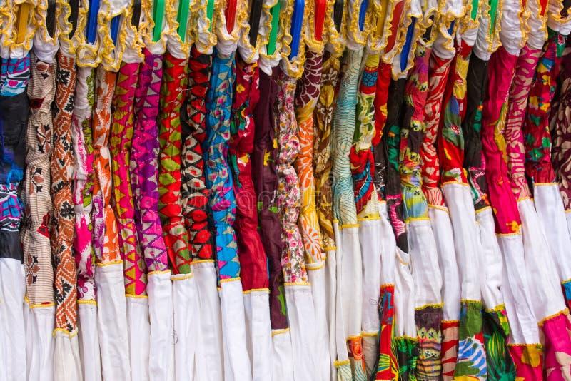 五颜六色的妇女的衣物在印地安市场上 库存照片