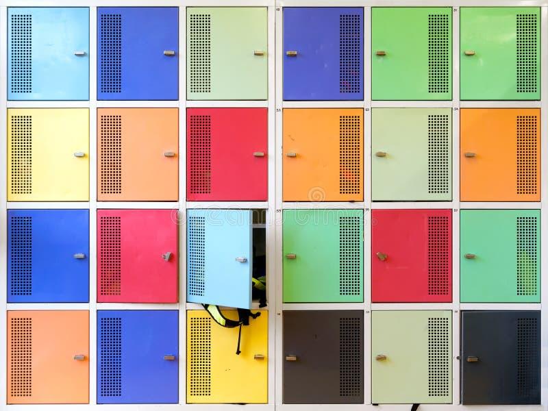 五颜六色的学校衣物柜 库存图片