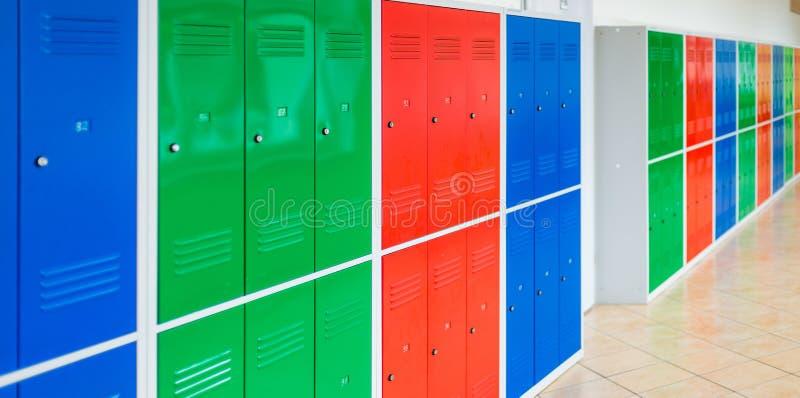 五颜六色的学校金属衣物柜 免版税图库摄影