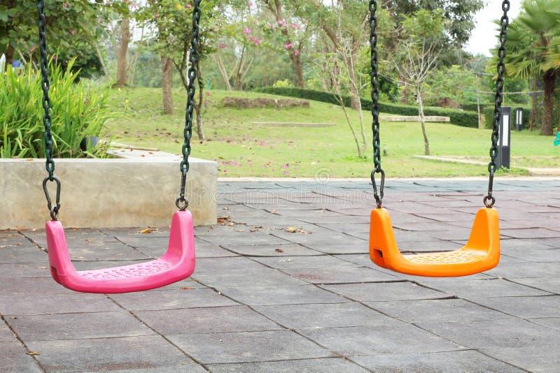 五颜六色的孩子操场在公园,套现代链摇摆 库存图片