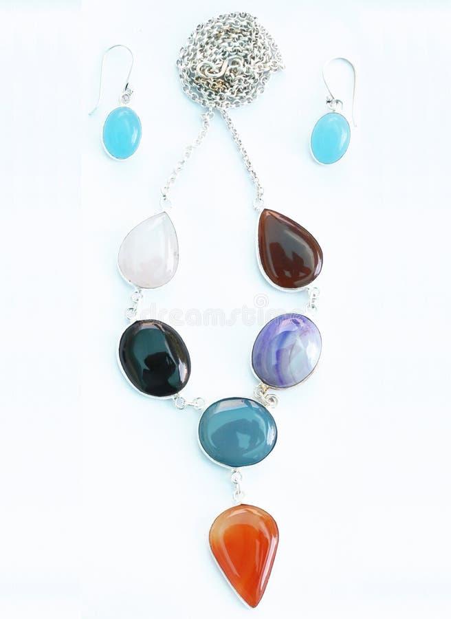五颜六色的宝石耳环和垂饰集合 免版税库存照片