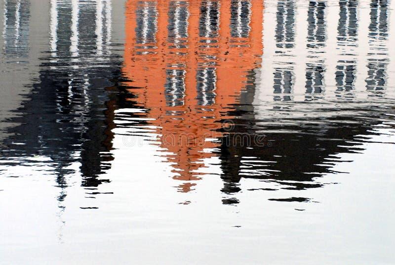 五颜六色的家的比利时,布鲁日反射运河的 免版税库存图片