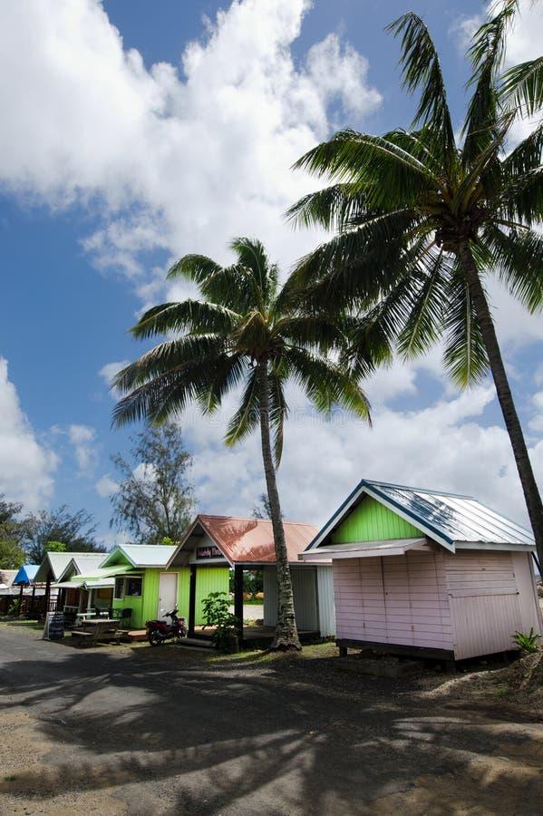 五颜六色的小屋在拉罗通加库克群岛 免版税库存图片